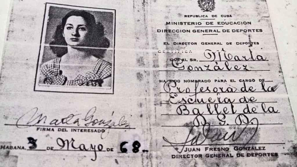 Carné que acredita a Marta como profesora de ballet en Cuba.