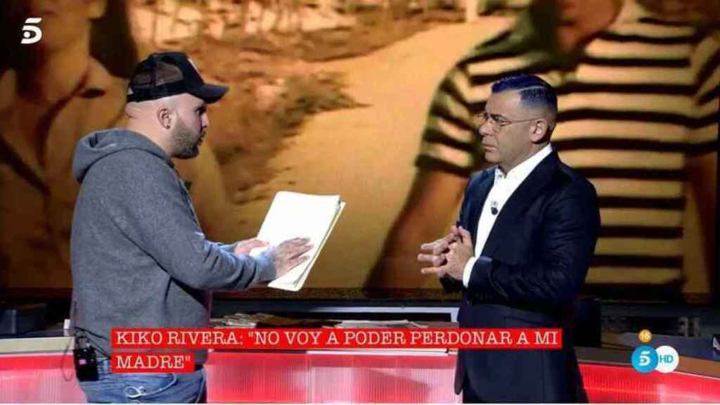 Kiko Rivera y Jorge Javier en el plató de 'Cantora: la herencia envenenada'.