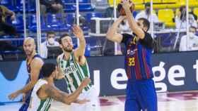 Mirotic ejecuta un lanzamiento ante Coosur Real Betis