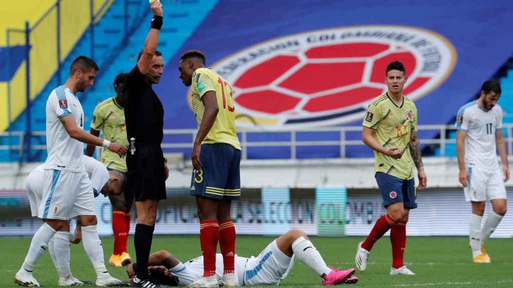 Yerri Mina protesta al árbitro en el partido frente a Uruguay