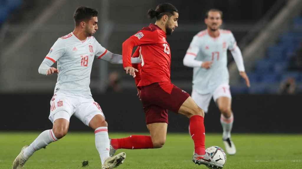 Ferrán Torres ante Ricardo Rodríguez, en el Suiza - España de la UEFA Nations League