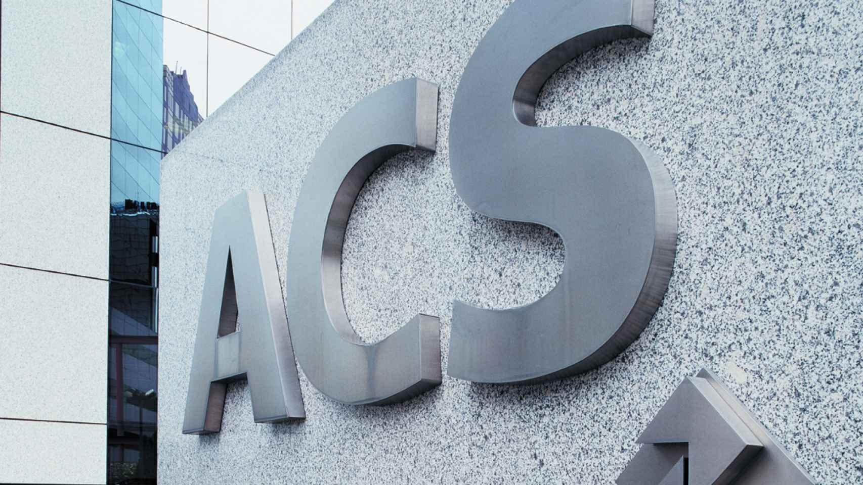 Detalle a la entrada de la sede de ACS.