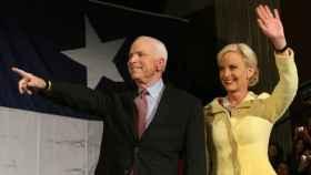 Cindy McCain, junto a su marido que falleció en 2018, en una imagen de archivo.