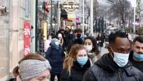 Decenas de personas paseando por una calle en Viena.