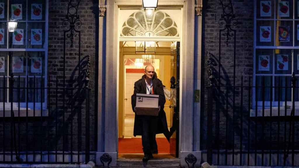 Dominic Cummings, principal asesor de Johnson, abandona Downing Street.