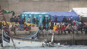 Grupo de inmigrantes en el muelle de Arguineguín.