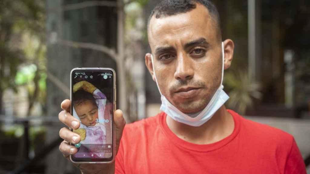 Mouhcin muestra una foto de su hija recién nacida, a la que no conoce en persona.