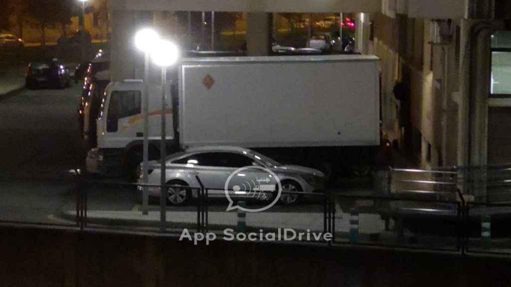 El camión de la DGT en un cuartel de la GC, en Oviedo.