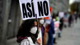 Una mujer con mascarilla en una marcha por la sanidad pública en Madrid.