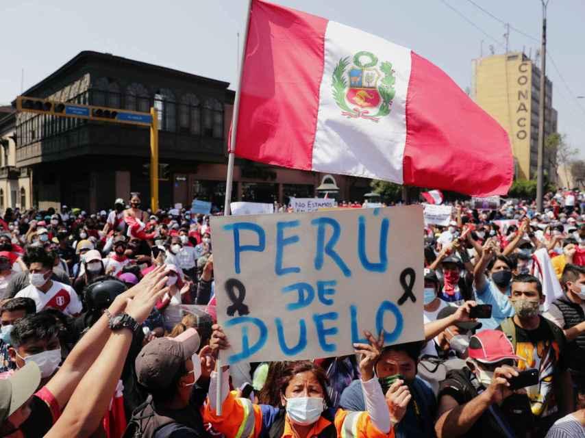 Cientos de personas continúan en las calles tras el anuncio de dimisión de Merino.