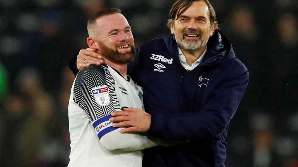 Wayne Rooney y Philip Cocu, el actual entrenador y el antiguo técnico del Derby County