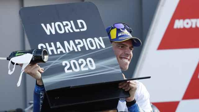 Joan Mir levanta el cartel de campeón del mundo de MotoGP, en el circuito Ricardo Tormo de Valencia.