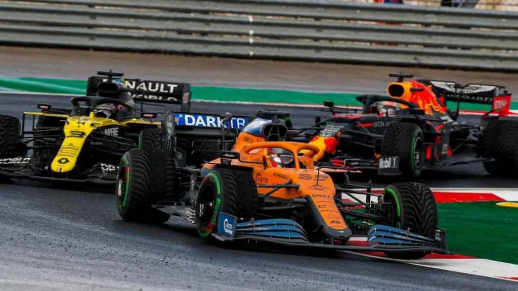 Carlos Sainz pelea la posición con Ricciardo en Turquía