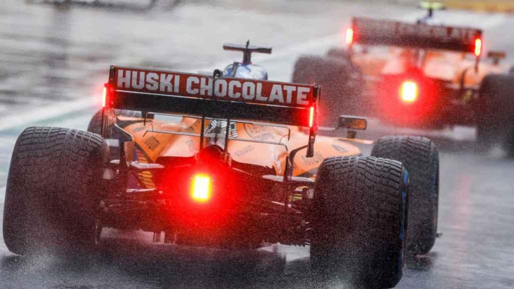 Los McLaren bajo la lluvia del GP de Turquia