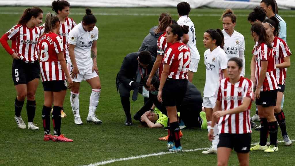 La árbitra Sara Fernández es atendida tras recibir un bajonazo en el Real Madrid - Athletic