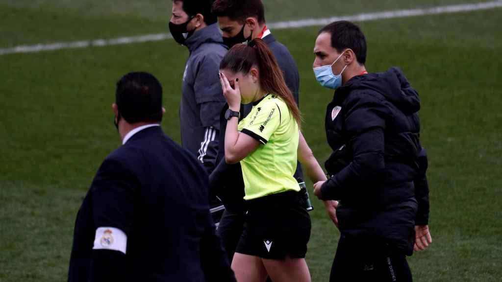 La árbitra Sara Fernández abandona el césped