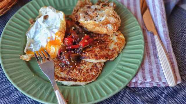 Rosti de patata y chucrut con huevos fritos