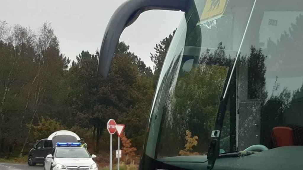 Control de transporte escolar realizado por la Guardia Civil en Orense.
