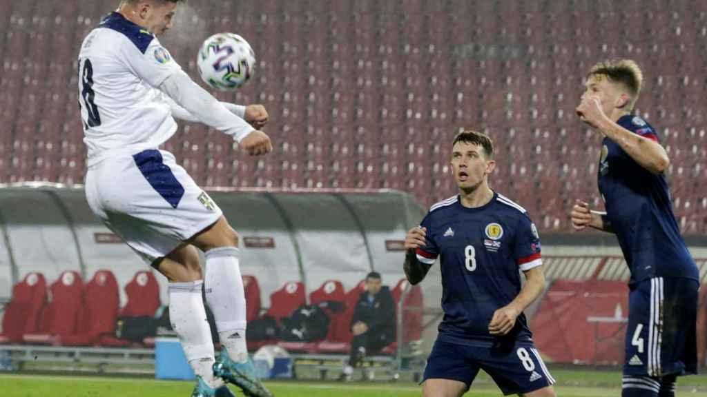 Luka Jovic, rematando de cabeza para el gol que empató la eliminatoria entre Serbia y Escocia en la repesca de la Eurocopa 2021