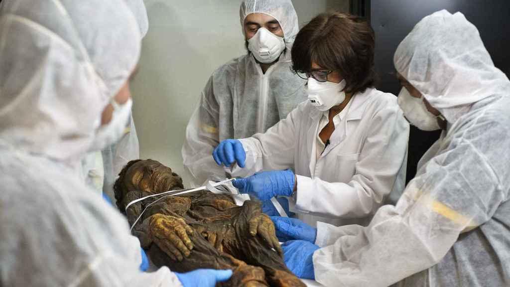 Teresa Gómez Espinosa, jefa del Departamento de Conservación del MAN junto al equipo encargado del traslado de la momia guanche al Hospital Quirón de Madrid.