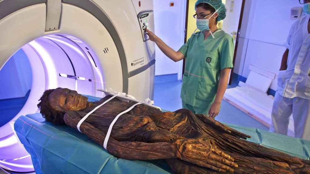 La momia guanche sometiéndose a una Tomografía Axial Computarizada en el Hospital Quirón de Madrid.