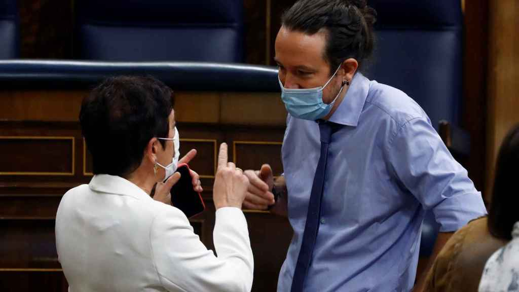Pablo Iglesias, conversando la semana pasada en el Congreso con la portavoz de Bildu, Mertxe Aizpurua.