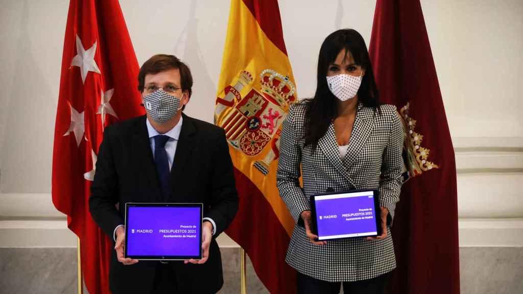 El alcalde de Madrid, José Luis Martínez-Almeida, y la vicealcaldesa de la capital, Begoña Villacís, con el presupuesto general del Ayuntamiento de Madrid para 2021.