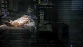 Personal sanitario atiende a un paciente con Covid-19 en una UCI. EFE/Ramón de la Rocha