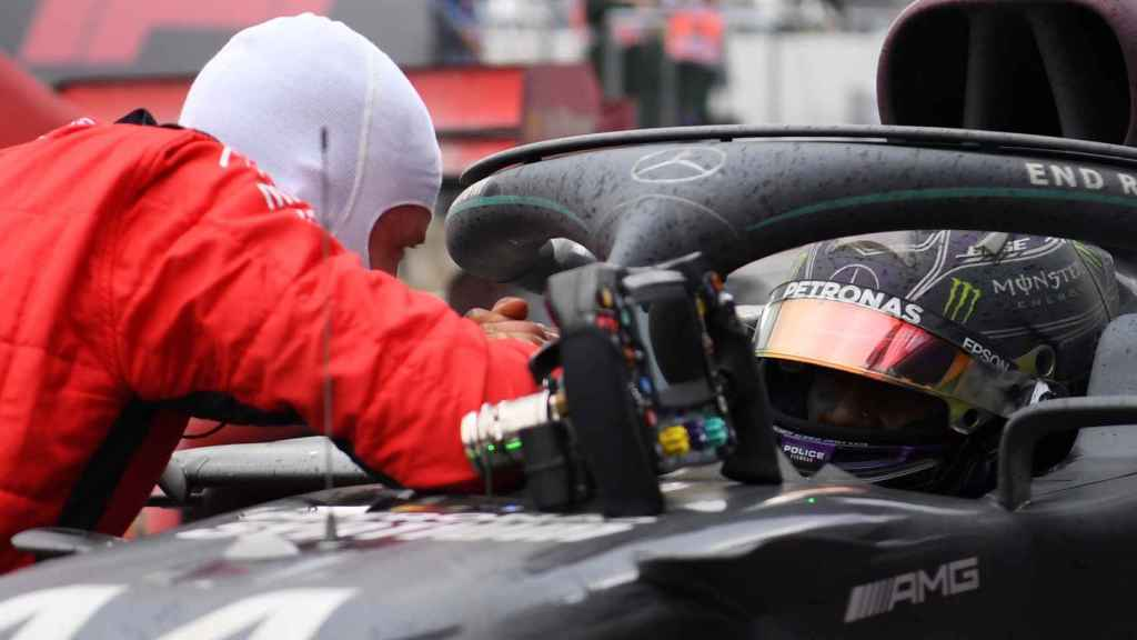 Vettel se acerca al coche de Hamilton para felicitarle por su 7º Mundial de F1