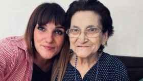 Rozalén con su abuela (Foto: Twitter)
