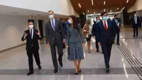 García-Page, a la izquierda, este lunes en el Hospital Universitario de Toledo junto a los Reyes y al ministro de Sanidad