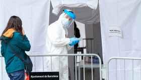 Profesionales sanitarios en la carpa provisional para la realización de PCR del CAP Roger de Flor de Barcelona.