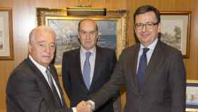 Carlos Martínez Echavarría (izda) junto a Florencio Lasaga y el exministro de Economía Román Escolano.