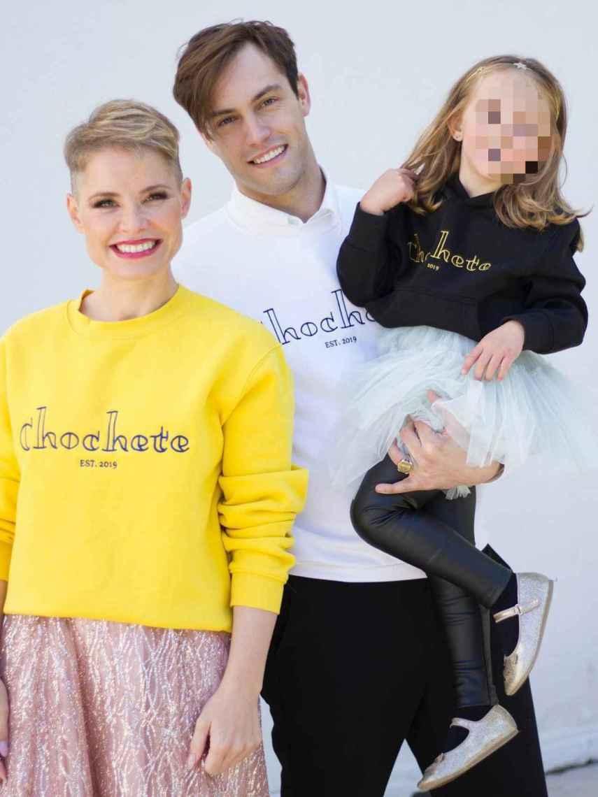 Soraya junto a su marido, Miguel Ángel Herrera, cofundador de la marca, y su hija, Manuela de Gracia. Todos con sudaderas Chochete.