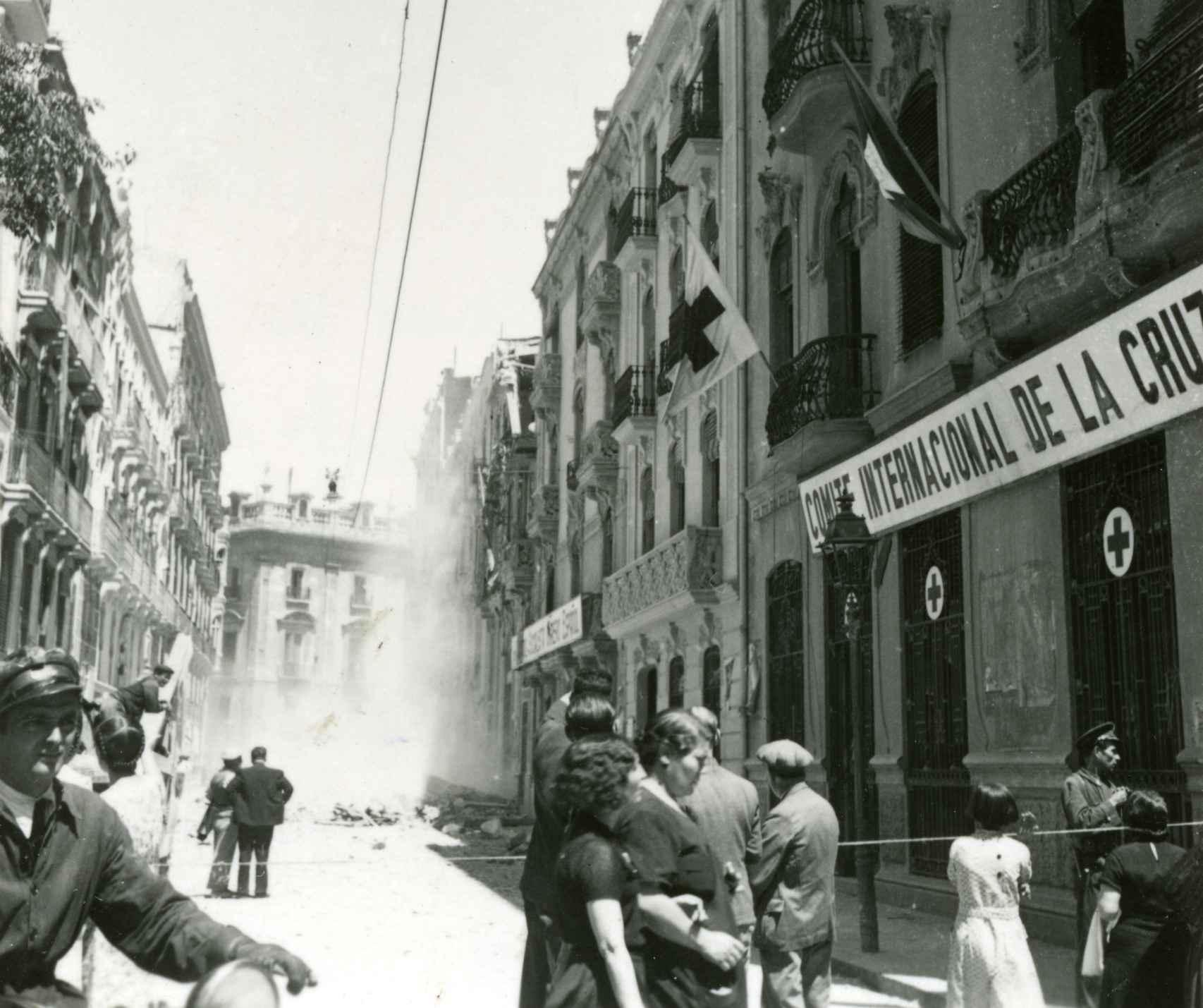 La delegación del Comité Internacional de la Cruz Roja en Valencia, poco después de un bombardeo aéreo.