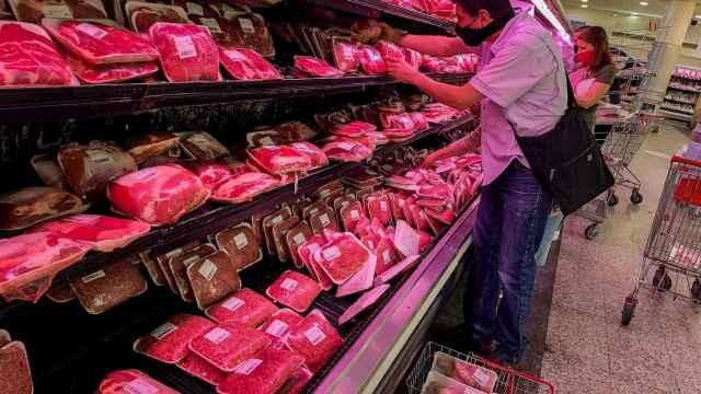 Inspeccionando la oferta de carne en el supermercado. EFE/Miguel Gutiérrez.
