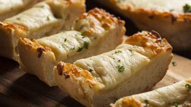 Receta de pan de ajo y queso gratinado