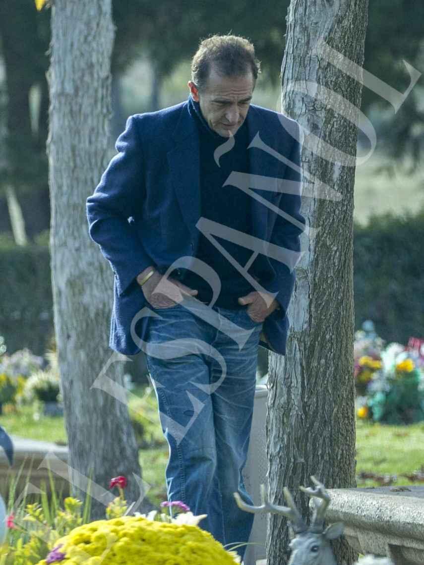 Durante su estancia en el cementerio, Alessandro Lequio se mantuvo con el rostro cabizbajo.