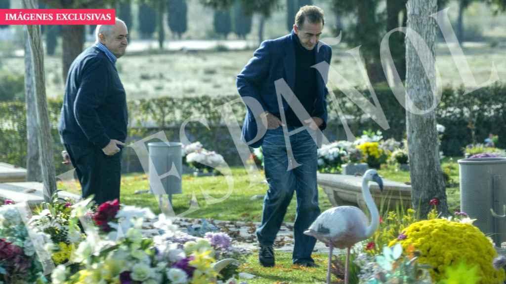 Alessandro Lequio, visitando la tumba de su hijo Álex al cumplirse seis meses de su muerte.