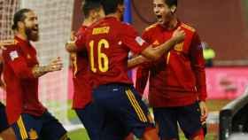 Los jugadores de la selección española felicitan a Morata
