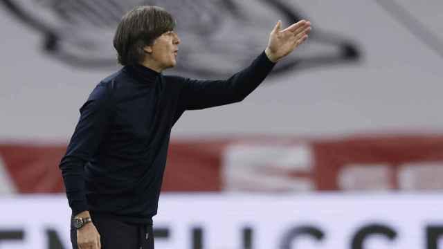 Joachim Löw da órdenes a sus jugadores en el España - Alemania de la UEFA Nations League
