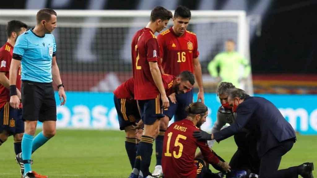 Sergio Ramos, atendido por los servicios médicos en el España - Alemania de la UEFA Nations League