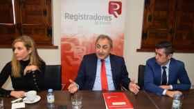 Alfredo Delgado, en el centro, presidente del Colegio de Registradores de Castilla-La Mancha