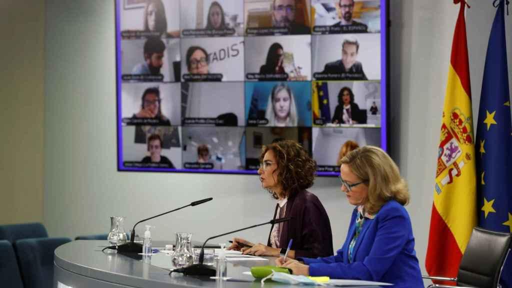 La vicepresidenta Calviño y la portavoz Montero, ante los periodistas en Moncloa.