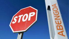 Una señal de 'stop' frente a unas instalaciones de Abengoa.