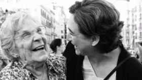 María Salvo, junto con Ada Colau.