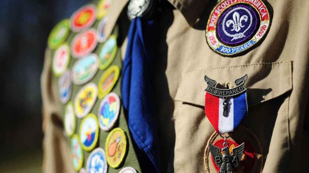 Detalle del uniforme de los boy scouts.