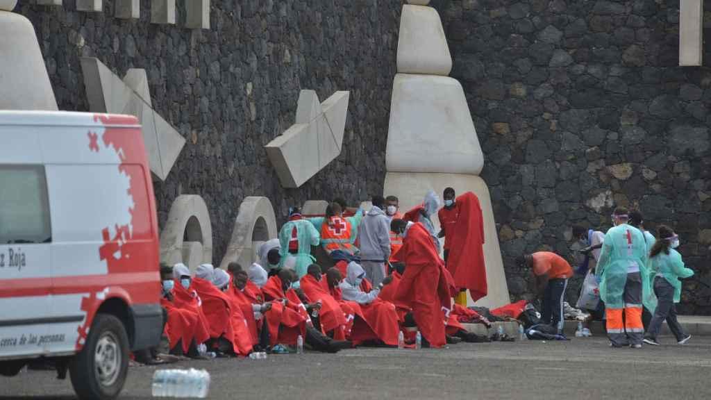 Inmigrantes subsaharianos que llegaron a bordo de un cayuco el pasado día 15 a la isla de El Hierro.