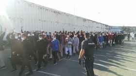 Momento de la salida de los inmigrantes marroquíes del puerto de Arguineguín.