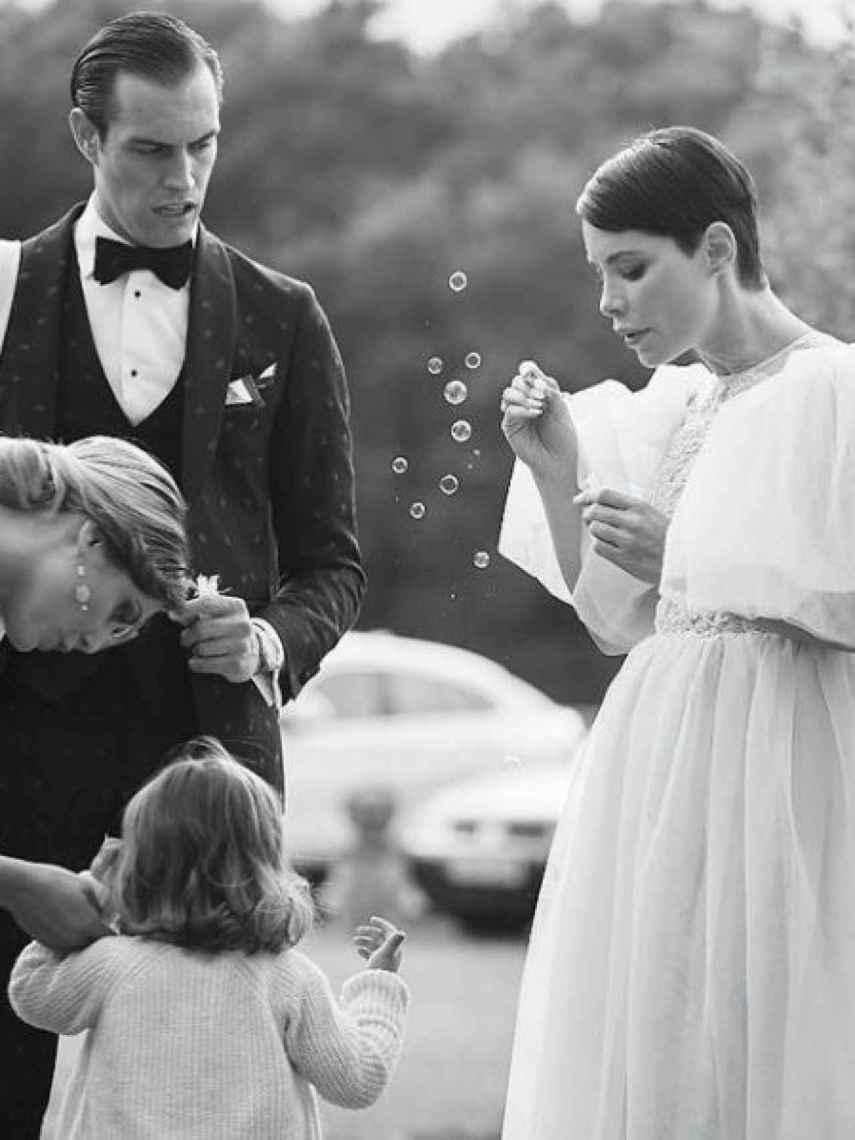 Soraya y Miguel Herrera junto a su hija Manuela de Gracia en la boda de unos amigos.